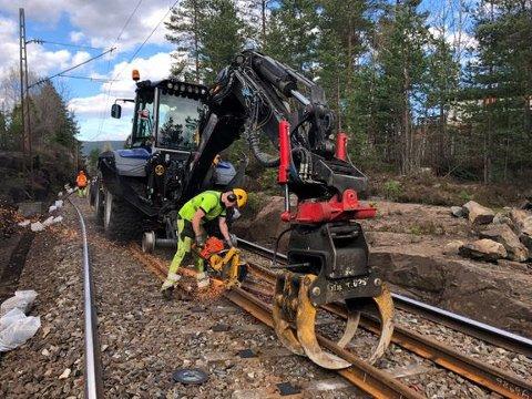 VEDLIKEHOLD: Sørlandsbanen har en viktig rolle for både godstog og persontrafikk. Jevnlig fornyelse, som skinnebytte, er avgjørende for at togene kan kjøre trygt og punktlig i årene som kommer.