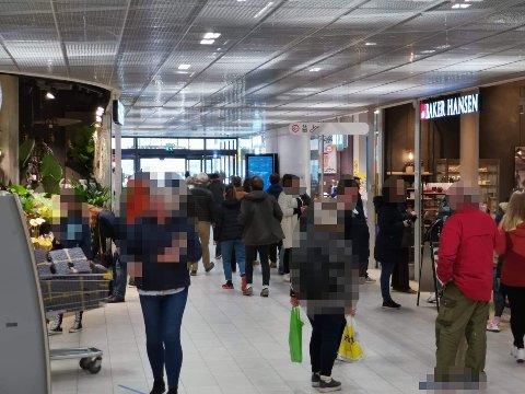 På CC i Drammen lørdag var det ikke bare bare å holde to meters avstand til enhver tid.