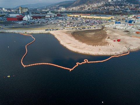 LENSER: I dag bruker lenser med skjørt for å hindre forurensning til fjorden når det fylles på masser til utbyggingen av Drammen havn.
