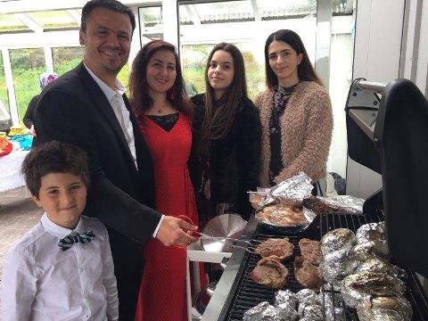 Familien Gezen feiret at fasten er over med festmåltid. Fra venstre Suat Eren(8), Nurettin Gezen, Aynur Celayir Gezen, Aylin Gezen(18) og Selin Gezen(16).