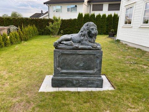 SKAL SPRE KJÆRLIGHET: Marius Bøe Moen har satt opp en stor statue av en løve for å spre kjærlighet i nabolaget.
