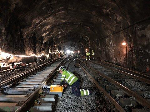 Bygging av ny sporveksel i Lieråstunnelen på Drammenbanen i påska 2020. Om ikke mange ukene skal Bane Nor gjøre enda mer.
