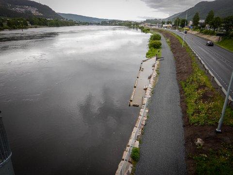 Vannet stiger ofte ved Mjøndalen bru på vårparten. Bildet er fra mai i fjor.