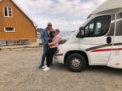 BOBILFERIE: Ekteparet Fred og Heidi Løwe er på sin første bobilferie, med seg har de dvergdachsen Pelle på åtte måneder.
