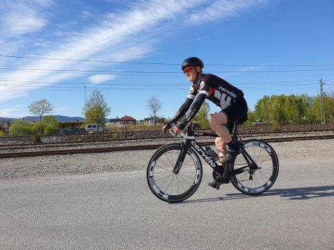 Tom Atle Bordevik sykler mer enn de fleste, og tar forholdsregler når han legger opp turene. – Det er min overlevelsesstrategi, sier han.