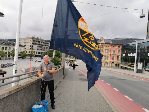 SIF, MEN IKKE MIF: Her flagges det for Strømsgodset før onsdagens kamp mot Mjøndalen. Flere reagerer på at det ikke flagges for MIF på kampdager.