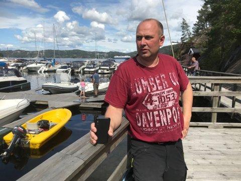 Glenn Elton (bildet) og broren Torgeir var snare om å hjelpe, da båtbrannen i Svelvik sto på som verst mandag.