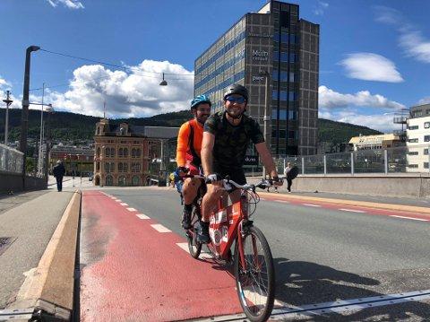 TANDEMSYKLISTER: Den er ikke særlig lett og ikke spesielt lett å sykle, men tandemsykkelen har ført brødreparet Torbjørn og Øyvind trygt fram til Drammen. Neste stasjon er Oslo, før det bærer hjem igjen.