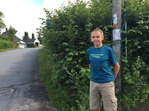 SKJULT: I hekken bak Geir Egge skjuler det seg et skilt med blindvei. Hekken skygger også for sikten i krysset Strømbakken/4. Strøm terrasse.