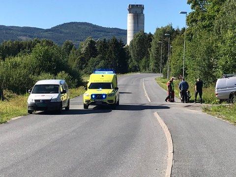 AV VEIEN: Brannvesenet og ambulansepersonell rykket ut etter at en moped kjørte av veien onsdag formiddag. Foto: Boel Kristin Støvern