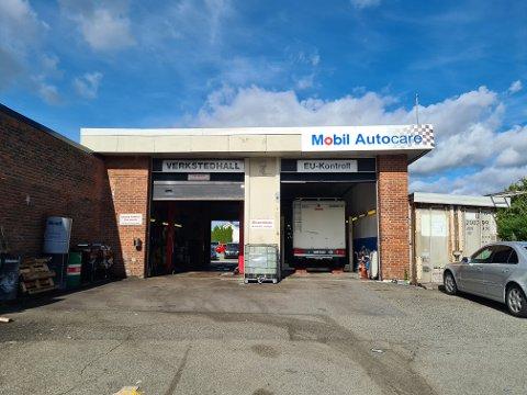 Iløpet av helgen har noen knust flere bilruter og forsøkt å komme seg inn i verkstedet hos Dramco Motor.