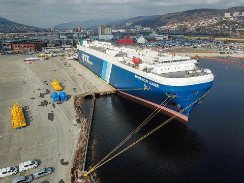 SJELDNERE GJEST: Det er færre bilbåter inn til Drammen i år. Her er et av de få skipene som kom inn i april.