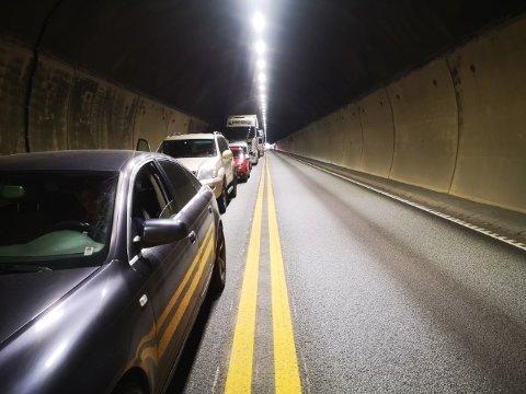 Det er lang kø inne i Oslofjordtunnelen torsdag etter at en lastebil har fått problemer.