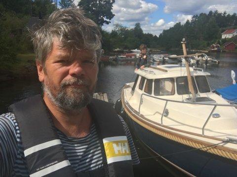 Ståle Sørensen ble lei av bråk og forurensning fra dieselmotoren. Han bygget om båten til å gå på strøm.