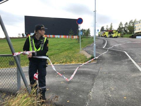 Hele området rundt skolen sperres av for å hindre ulykker.