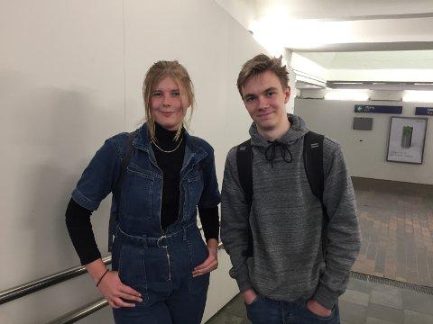 POSITIVE TIL PÅBUD: Ebba Magnusson og Victor Udnæs er positive til påbud om munnbind på offentlig transport.
