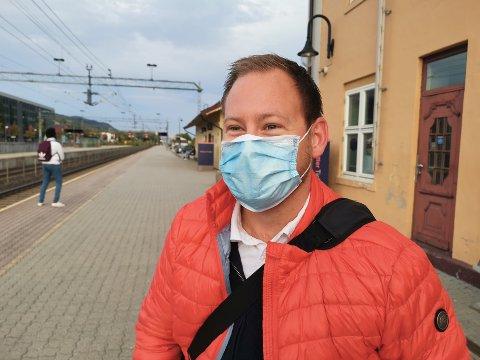 KLAR FOR Å HOPPE AV: Alexander Iversen har ikke lyst til å sitte på et stappfullt tog. Blir det for ille før han kommer fram til Oslo, er vil han heller gå av på en stasjon på veien.