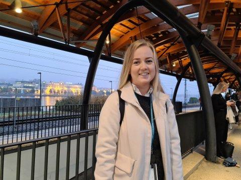 Malin Kjølås (24) synes det er bra at det har blitt innført et påbud om munnbind på kollektivtransporten når det ikke er mulig å holde avstand.