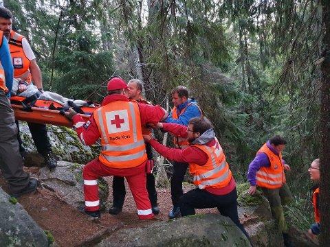 REDNINGSAKSJON: Det ble en krevende oppgave for Røde Kors å redde Randi Hopp ned til farbar vei.