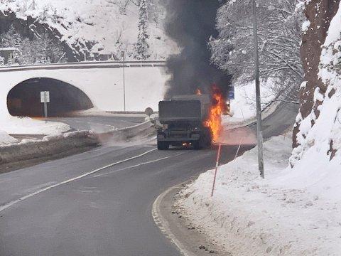 BRENNER: Kjøretøyet står i brann rett ved Skarettunnelen. Foto: Foto: Ole Ivar Topaas