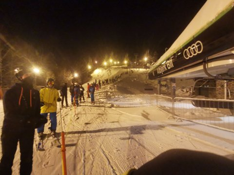 LANG KØ: Tirsdag kveld stod køen i Aronsløypa helt opp til nederste heng.