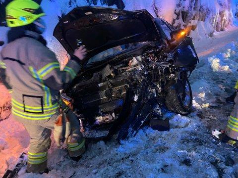Fronten på bilen ble helt knust som følge av utforkjøringen.
