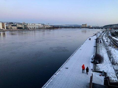 Det har vært bitende kaldt i Drammen og distriktet rundt de siste dagene. Kulda fortsetter..... Bildet er tatt fra bybrua torsdag ettermiddag.