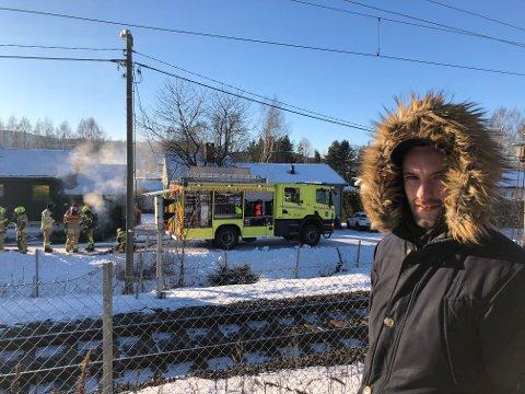 Daniel Fjellbo (25) måtte se hva som foregikk hos naboen søndag. Da han kom fram hadde brannvesenet slept ut en utbrent bil.