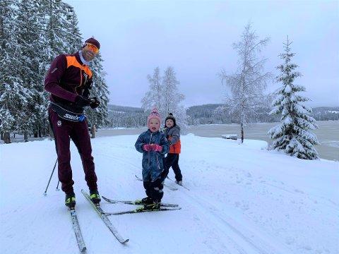 PÅ TUR: Ronny Bakke tilbringer mye tid i skisporet. Noen ganger går han alene, mens han andre ganger har med sine to små. Fremst i bildet er Mia Angelica på tre år og bak er Noah Alexander på fem.
