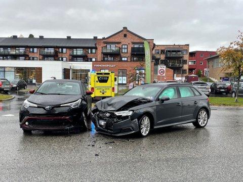 ULYKKE: To biler har kollidert i Vikersund fredag.