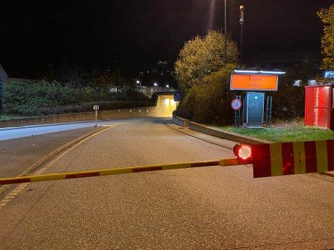 Bragernestunnelen er stengt etter en trafikkulykke mandag kveld.