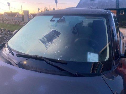 Temperaturene er på vei ned mot nullpunktet, noe som gir rim på bilrutene om morgenen.