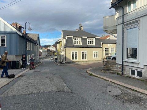 Her i Kirkegata i Kongsberg bor den nå drapssiktede mannen.