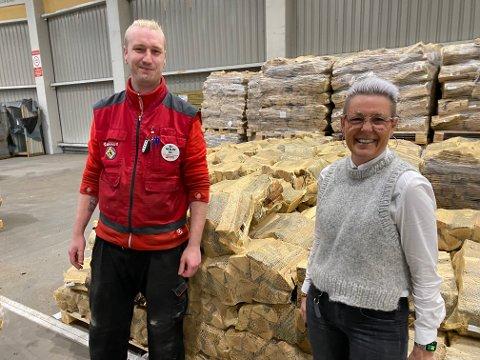 VEDSALG: – Vi har aldri sett et vedsalg som nå, sier markedsansvarlig ved Bauhaus  Aagot Benterud. Til venstre truckfører Eirik Mæhlum.
