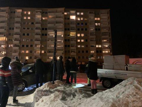 FLERE VENTET PÅ VANN: Da Drammen kommune ankom Fjell med vanntanken var det flere som allerede stod i kø for å få med seg noen liter hjem.