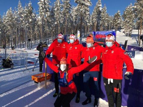 GULL: Landslagstrener Monika Kørra foran kvartetten som gikk inn til gullmedalje. Martin Kirkeberg Mørk er nr. to f.v.