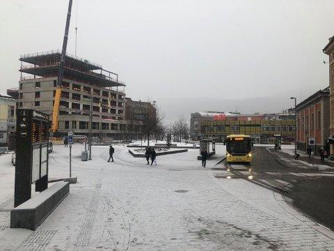 Mandag har det kommet et lite hvitt lag i Drammen, her fra Strømsø torg. Onsdag skal det komme mer.