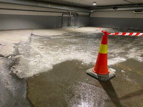 TYKK IS: En vannlekkasje fra en av leietakerne i Blichs P-hus gjorde at en del av en etasje og en nedkjøring måtte sperres.