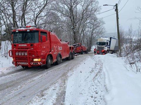 PÅ JOBB: Bilberger-firmaet hadde mange på jobb onsdag, da det var varslet mye snø og utfordrende kjøreforhold. De fikk en del å gjøre alle sammen. Det var blant annet mange tyngre biler som satte seg fast.