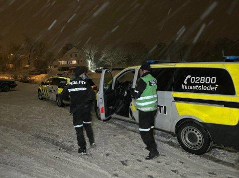 POLITIJAKT: Etter en omfattende politijakt ble de to antatte gjerningspersonene funnet i et hus i nærheten.