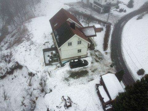 SKRED: Nede til venstre i bildet ser man tydelig hvor skredet i januar gikk, rett i nærheten av huset i Landfallbakken 3.