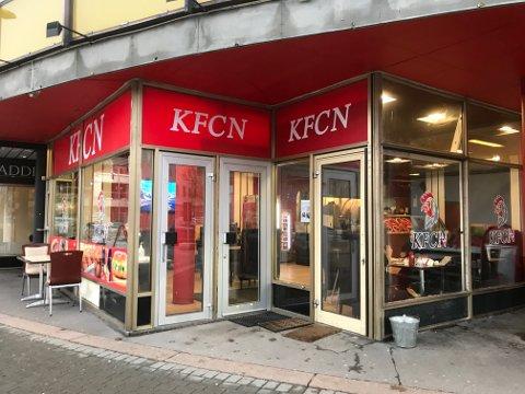 Lysene er på, døra er åpen og det tilberedes kyllingretter over en lav sko hos KFCN i Globusgården på Strømsø.