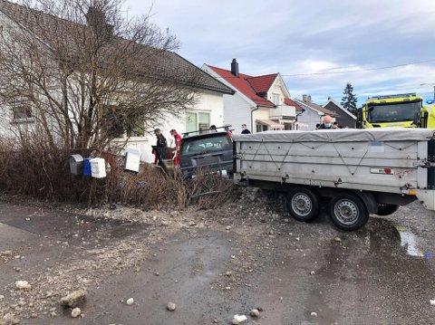 KJØRTE UT: En bil kjørte over et gjerde og en hekk, og inn i en hage lørdag formiddag. Sjåføren har trolig fått et illebefinnende.