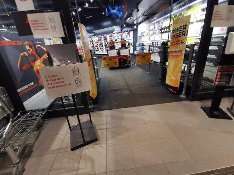 PÅBUD: Power har innført påbud om munnbind i butikkene sine, men sjefen understreker at de ikke bruker tvang mot kundene.