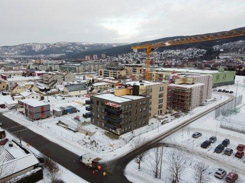 UTBRUDD: JM Norge har stengt byggeplassen på Åssiden etter et massivt smitteutbrudd. Det påvirker flere underentreprenører som er involvert i byggingen.