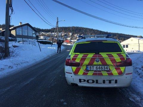 PÅKJØRT: En eldre mann ble påkjørt av en bil i Fossilveien lørdag formiddag.