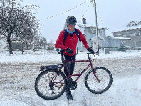 Ove Carstensen måtte finne fram vintersykkelen da det voldsomme snøværet meldte sin ankomst torsdag.