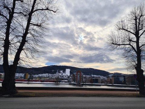 HELGEVÆRET: Det blir mye bra vær ispedd litt skyer denne helgen. Fredag så det sånn ut langs Drammeselva.