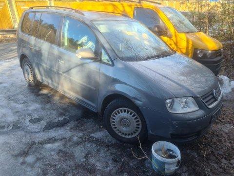 AVSKILTET: Denne avskiltede bilen av modell VW Touran skal være det eneste av verdi etter konkursen.