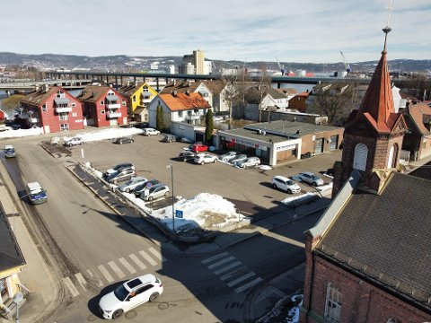 PARKERINGSPLASS: I løpet av få år kan denne parkeringsplassen være forandret til det ugjenkjennelige. Her planlegges leiligheter, et offentlig torg og et bydelshus.